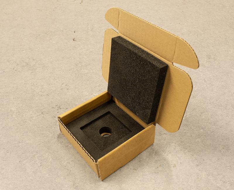 skåret kasse i pap med speciallavet skumindlæg