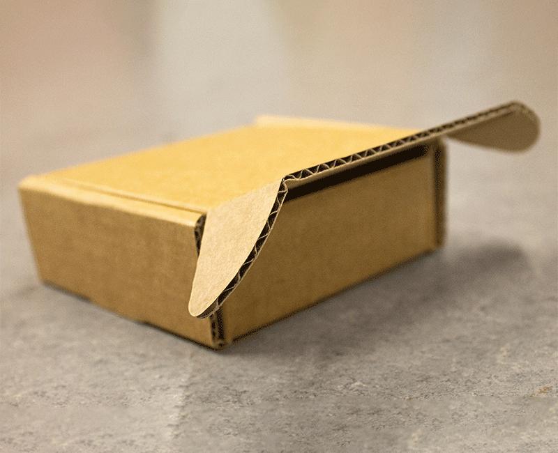 lukket papkasse med flappen åben
